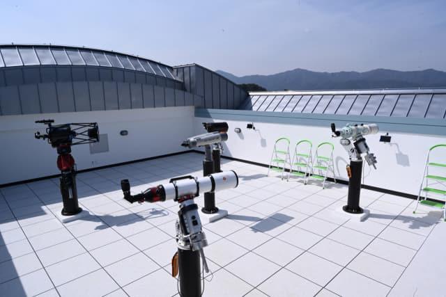 각종 관측이 가능한 보조 망원경들.