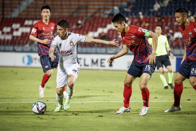 경남FC 윌리안이 지난 8월 8일 김천상무FC와의 경기에서 상대 수비수를 따돌리고 있다./경남FC/