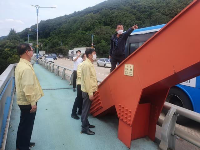 박주야 마산회원구청장 및 관계자들이 17일 자살예방을 위해 '봉암교 안전사고예방 구조물 설치사업'을 추진, 대상지를 둘러보고 있다./창원시/