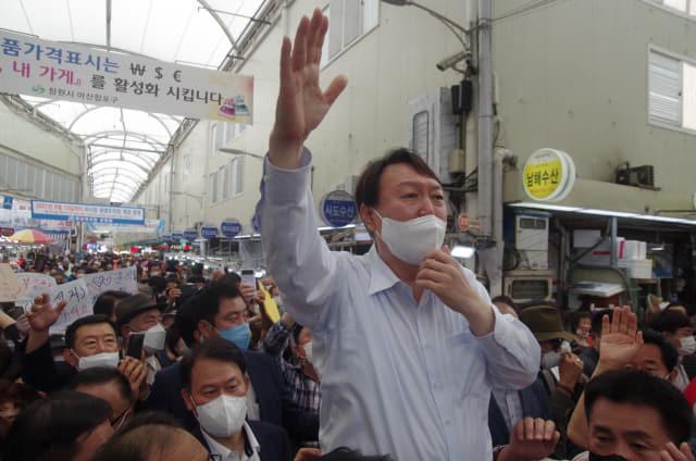 18일 오후 3시께 창원시 마산합포구 마산어시장을 찾은 윤석열 국민의힘 대선 경선 후보가 한 손을 번쩍 들며 시민들에게 지지를 호소하고 있다./김용락 기자/