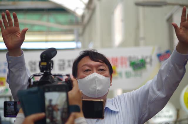 18일 오후 3시께 창원시 마산합포구 마산어시장을 찾은 윤석열 국민의힘 대선 경선 후보가 두 손을 번쩍 들며 지지를 호소하고 있다./김용락 기자/
