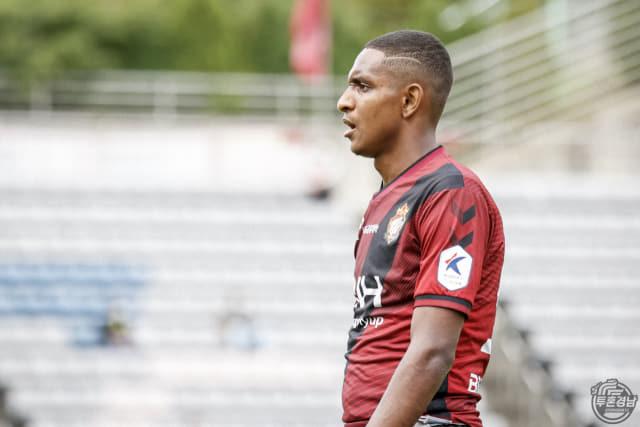 경남FC 에르난데스가 18일 김천상무와의 경기에서 2-3으로 패배하자 아쉬워하고 있다./경남FC/