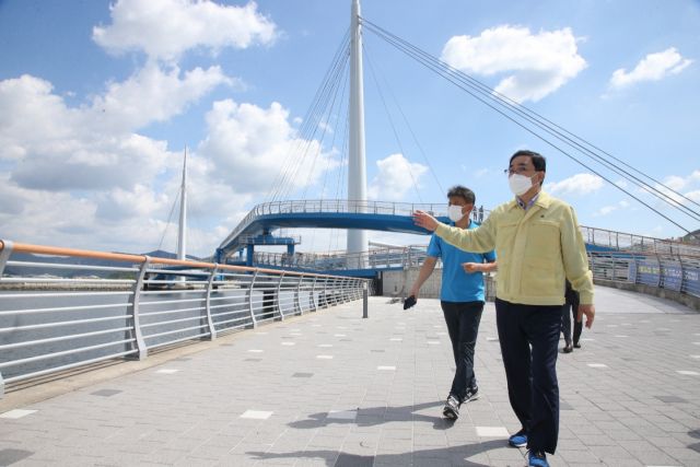 허성무 창원시장이 지난 18일 임시 개방한 마산항 서항지구 친수공간과 마산해양신도시를 방문해 시설물을 점검하고 있다./창원시/