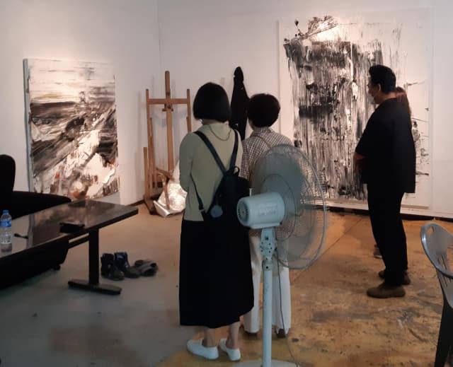 17일 마산현대미술관 오픈 스튜디오를 찾은 작가들이 공태연 작가의 작품을 감상하고 있다./주재옥 기자/