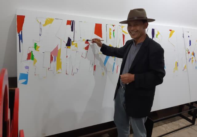 마산현대미술관 레지던스 작가로 참여하고 있는 정창훈 작가가 오픈 스튜디오에서 작품을 그리고 있다./주재옥 기자/