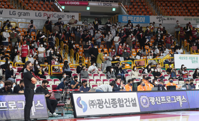 11일 창원체육관에서 열린 창원 LG 세이커스와 수원 kt 소닉붐 경기. 홈 개막전 시작 전 많은 팬이 응원하고 있다. 연합뉴스